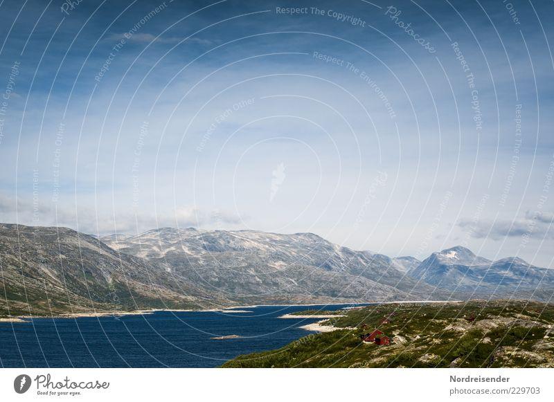 Haus am See Himmel Natur Wasser Sommer ruhig Einsamkeit Ferne Erholung Landschaft Freiheit Berge u. Gebirge Stimmung Felsen frisch ästhetisch