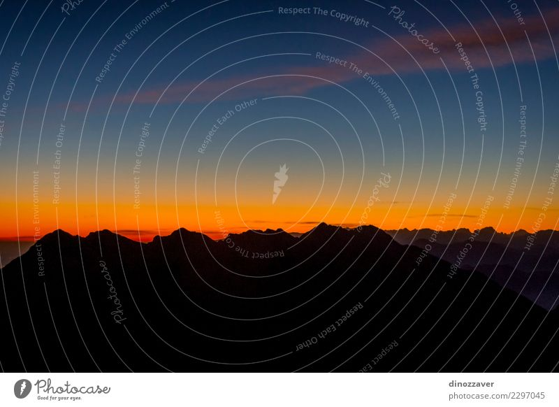 Gebirgsschattenbild im Sonnenuntergang Freude Ferien & Urlaub & Reisen Abenteuer Berge u. Gebirge wandern Sport Klettern Bergsteigen Seil Natur Landschaft