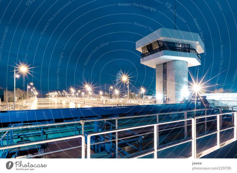 Gehobene Position blau hell groß Turm Geländer Schifffahrt Kontrolle Erneuerbare Energie Nachthimmel Rhein Überwachung Wasserkraftwerk Staustufe Wachturm