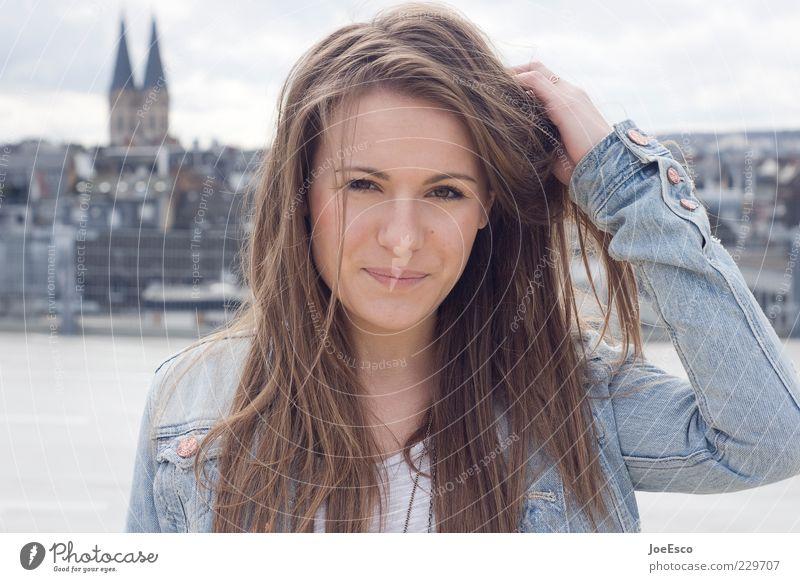 #229707 Stil feminin Frau Erwachsene Leben Gesicht Stadt Skyline brünett langhaarig beobachten Erholung Lächeln Coolness Glück trendy einzigartig natürlich