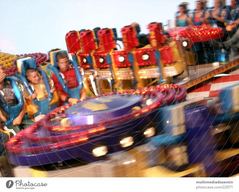 funny, fast & quick Freude Bewegung Glück lustig Verkehr Geschwindigkeit Kreis Freizeit & Hobby Jahrmarkt drehen Schwung Drehung Fairness Schwindelgefühl