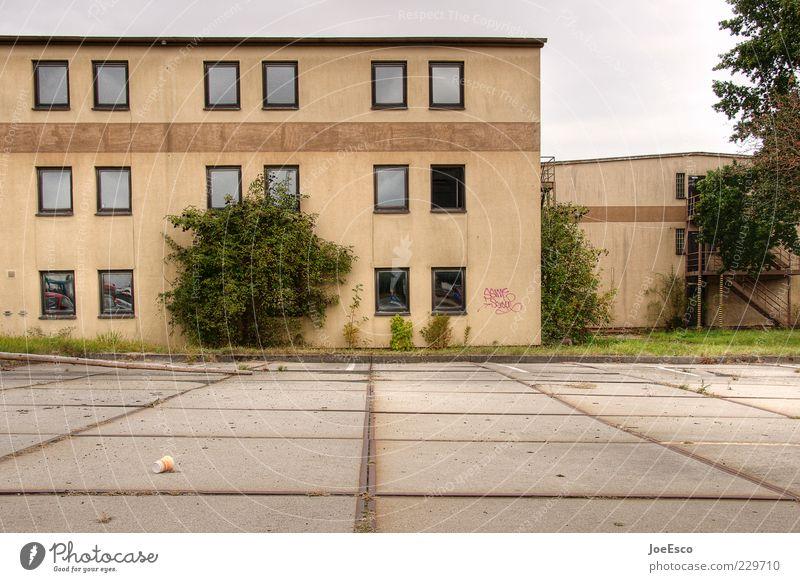 en bloc 01 Himmel Baum Stadtrand Menschenleer Haus Platz Bauwerk Gebäude Architektur dunkel eckig Endzeitstimmung Krise Fenster Parkplatz verfallen untergehen