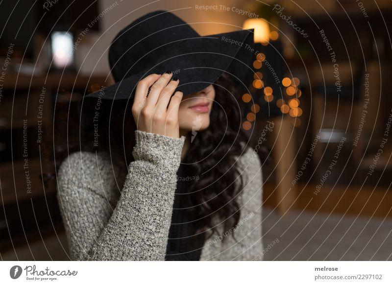 Frau mit Hut steht ihr gut Mensch Jugendliche Junge Frau schön Hand 18-30 Jahre Erwachsene Lifestyle Stil Haare & Frisuren Mode Kopf braun glänzend gold