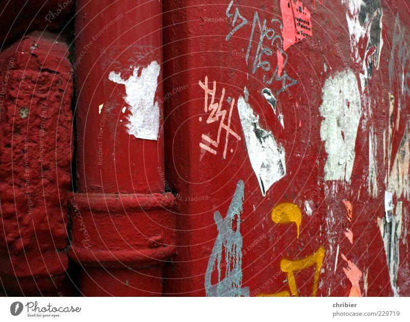 Rotes Rohr *** [HH10.1]*** Haus Gebäude Mauer Wand Fassade Regenrohr Ecke historisch kaputt trashig rot Aggression Kreativität skurril Zerstörung Fallrohr