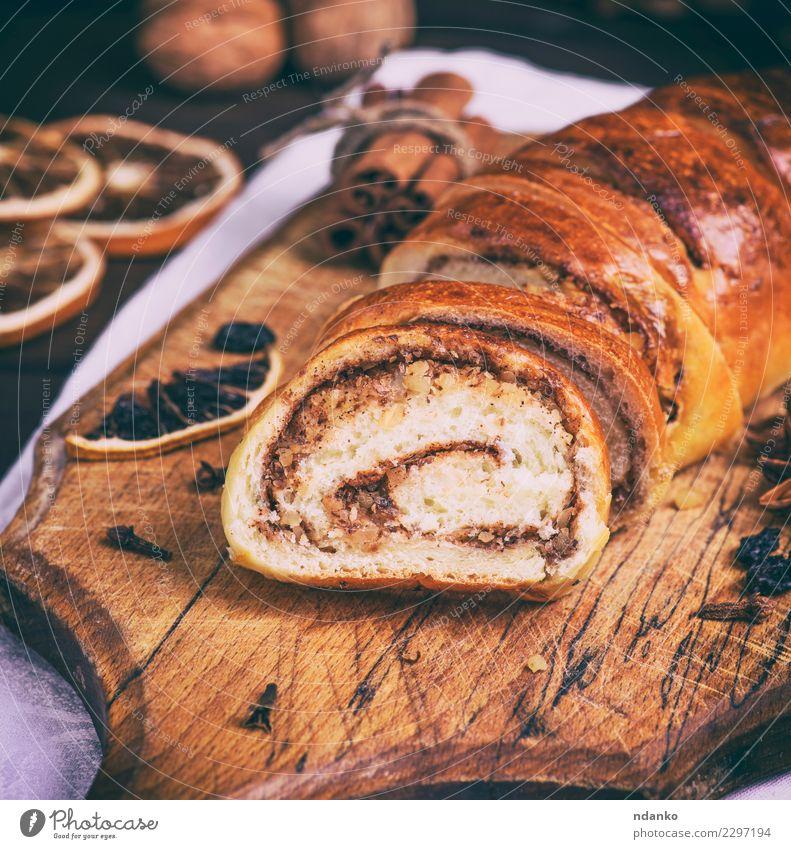 gebackene Rolle mit Zimt und Nüssen Holz braun oben frisch Tisch lecker Tradition Dessert heimwärts Brot Backwaren Mahlzeit Scheibe Schneidebrett geschnitten