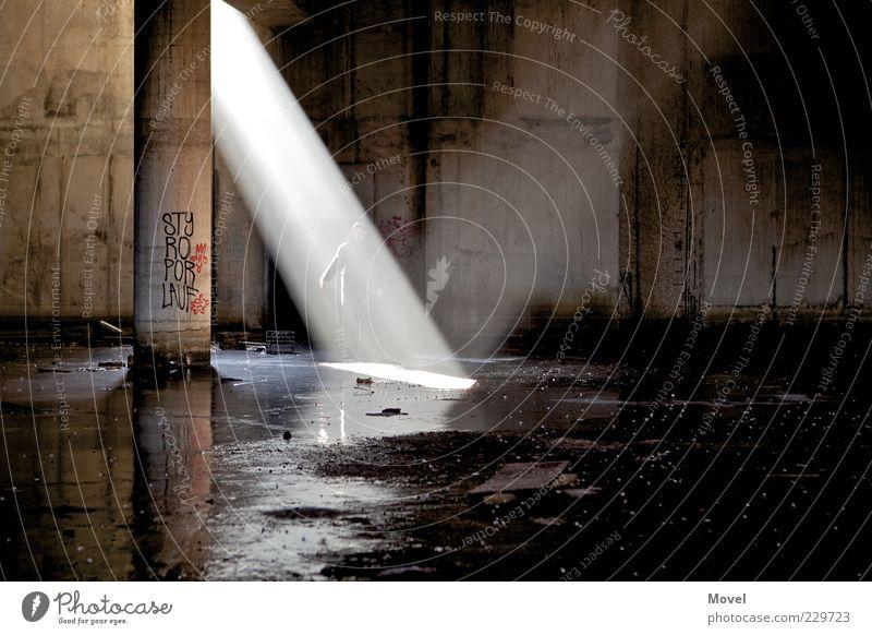 Teleporter Wasser schwarz kalt dunkel Berlin Graffiti Stimmung hell braun gold Energie Coolness leuchten Bauwerk Neugier Sehnsucht