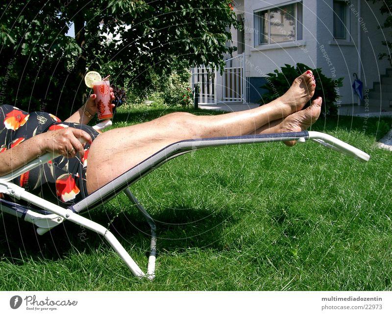 Dolce vita nackt Liegestuhl Getränk Sommergefühl Wiese Cocktail Badeanzug Tomatensaft Zitronenscheibe Erholung Feierabend Physik Sonnenbad Gras Frau Longdrink