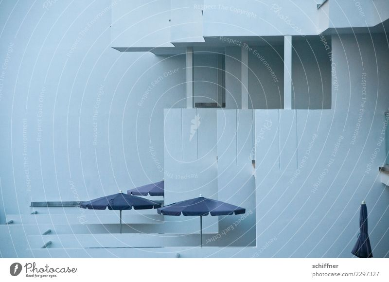 Zukunftsmusik | schöner Platte wohnen Winter schlechtes Wetter Mauer Wand Fassade Balkon dunkel trist grau Nebensaison Sonnenschirm Plattenbau Hotel Bauwerk