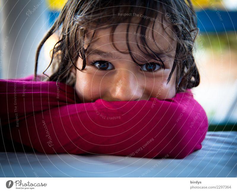im Hier und Jetzt Zufriedenheit feminin Mädchen Kopf Gesicht 1 Mensch 3-8 Jahre Kind Kindheit 8-13 Jahre brünett langhaarig glänzend Lächeln leuchten