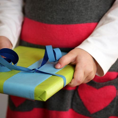 Geschenk mit Herz Weihnachten & Advent Geburtstag Mensch Kind Kleinkind Kindheit Hand Bauch 1 3-8 Jahre Kleid Geschenkpapier Geschenkband Paket Zeichen positiv