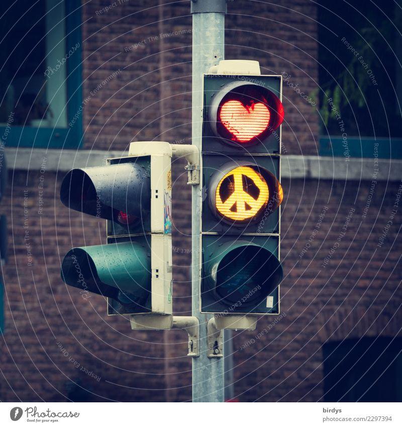 Love & Peace Kunst Fassade Verkehr Ampel Verkehrszeichen Verkehrsschild Zeichen Herz CND leuchten authentisch außergewöhnlich positiv Stadt gelb rot