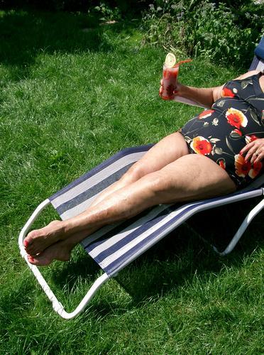 Mit Drink Frau Getränk Sonnenbad Zitronenscheibe Longdrink Liege Liegestuhl Tomatensaft Badeanzug nackt Wiese Gras grün Pfund schick Sommer Sommergefühl Dame