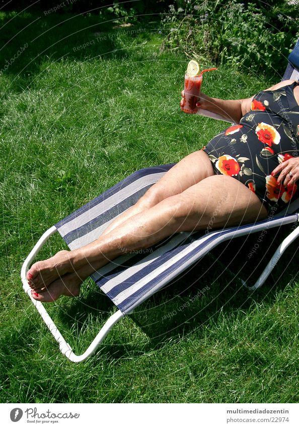 Mit Drink Frau Natur grün Sonne Sommer Wiese nackt Gras Wärme Garten Beine Fuß Getränk Coolness Rasen Physik