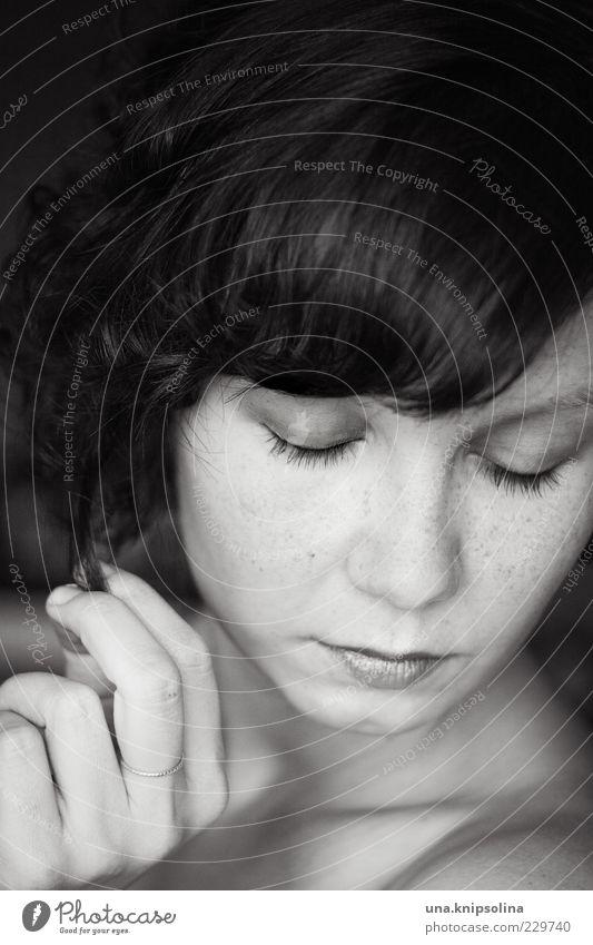 punkte Mensch Frau Jugendliche schön Gesicht Erwachsene feminin Gefühle Haare & Frisuren Traurigkeit Finger 18-30 Jahre Junge Frau berühren Vertrauen Ring