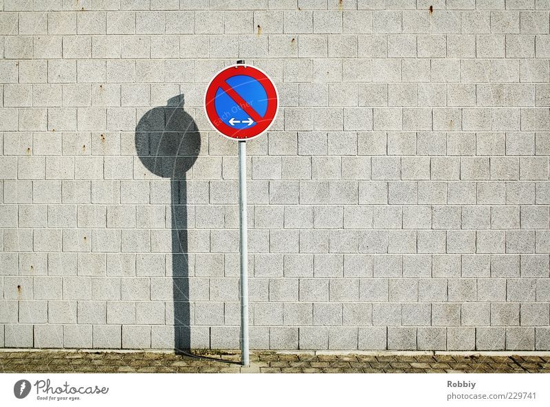 Mein linker und rechter Platz ist leer Wand Mauer Fassade Schilder & Markierungen einfach Verbote Pflastersteine Verkehrsschild Verkehrszeichen