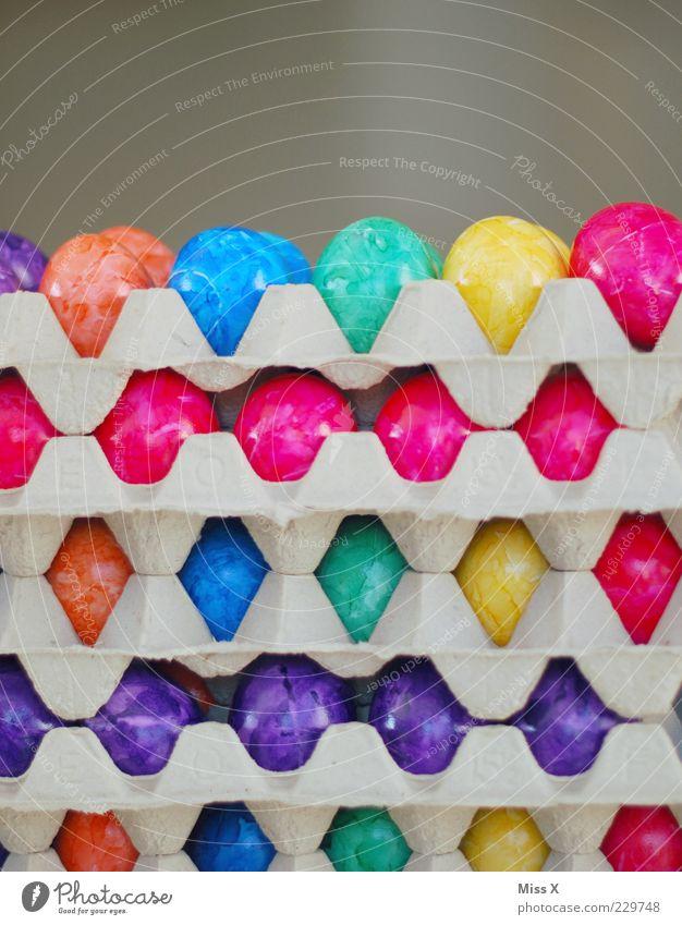 Ostern kommt immer so plötzlich ! Lebensmittel Ernährung Bioprodukte frisch lecker rund mehrfarbig Ei Eierkarton Osterei Paletten Stapel Farbe Farbenspiel