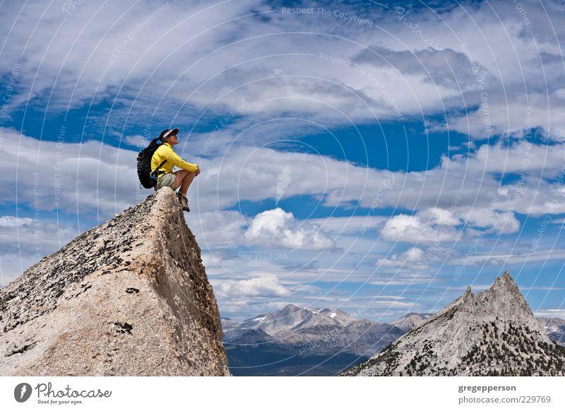 Wanderer auf dem Gipfel. Abenteuer Berge u. Gebirge Klettern Bergsteigen Erfolg wandern Frau Erwachsene 1 Mensch 30-45 Jahre sportlich hoch Zufriedenheit