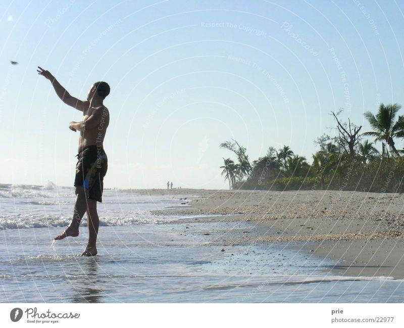 Prie am Meer Mann Sonne Strand Ferien & Urlaub & Reisen Sand werfen