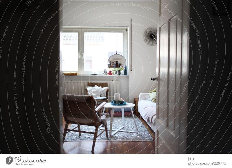 einblicke Häusliches Leben Wohnung Innenarchitektur Möbel Sofa Sessel Tisch Raum Wohnzimmer Fenster Tür ästhetisch hell schön einzigartig Textfreiraum links