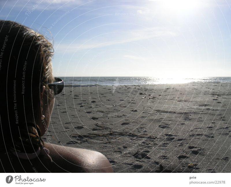 Blick in die Ferne Meer Strand Frau Sonne Himmel Perspektive