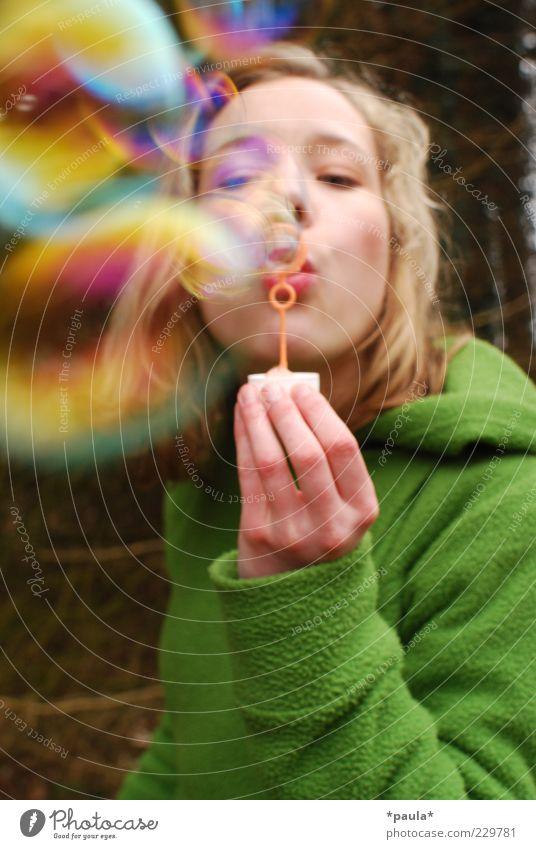 Regenbogen feminin Junge Frau Jugendliche Kopf Gesicht Hand 1 Mensch 18-30 Jahre Erwachsene Bekleidung Stoff blond Bewegung genießen Spielen träumen ästhetisch