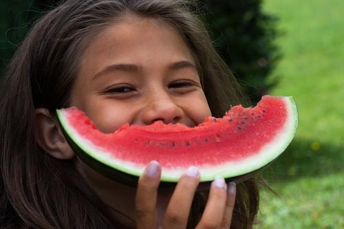 Das ist meins Freude Sommer Garten Kind Mädchen Kindheit 1 Mensch 8-13 Jahre brünett Essen Lächeln lachen Fröhlichkeit Glück Lebensfreude Frucht Melonen Vitamin