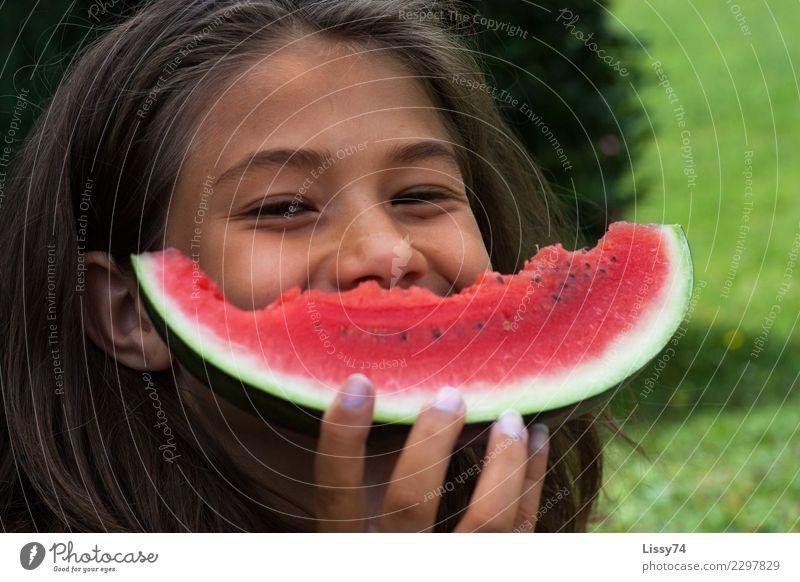 Das ist meins Kind Mensch Sommer Freude Mädchen Essen lachen Glück Garten Frucht Kindheit Fröhlichkeit Lächeln Lebensfreude 8-13 Jahre brünett