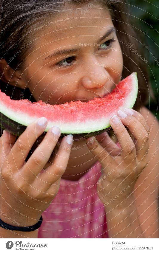 So schmeckt der Sommer Kind Mensch Gesunde Ernährung rot Freude Mädchen Essen Glück Garten rosa Frucht Zufriedenheit träumen Kindheit Fröhlichkeit