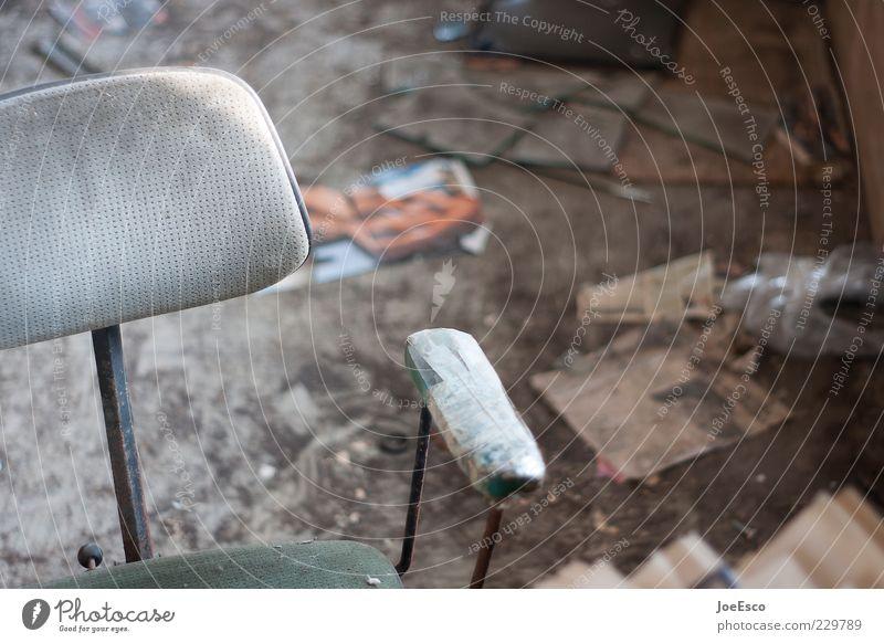 #229789 Einsamkeit dunkel Traurigkeit Raum dreckig kaputt Stuhl verfallen Zeitung Müll Ruine chaotisch Desaster Krise Erschöpfung Endzeitstimmung