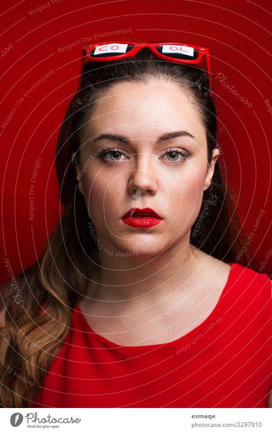 Coole Frau im Rot Jugendliche Junge Frau schön rot Gesicht Wärme Lifestyle feminin Stil außergewöhnlich Mode Kopf Design modern elegant einzigartig