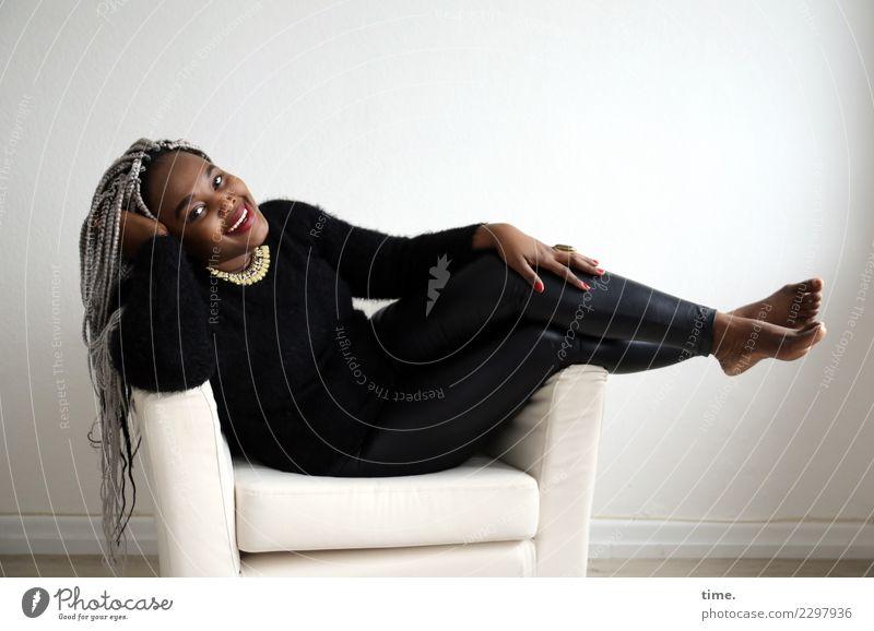 Gené Sessel Raum feminin Frau Erwachsene 1 Mensch Hose Pullover Barfuß Haare & Frisuren schwarzhaarig grauhaarig langhaarig Afro-Look geflochten Erholung lachen