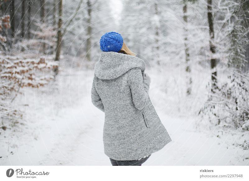 winter is back Mensch feminin Frau Erwachsene 1 Umwelt Natur Winter Schönes Wetter Schnee Schneefall Wald beobachten Erholung Blick stehen träumen warten