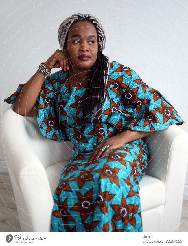 Gené Sessel Raum feminin Frau Erwachsene 1 Mensch Kleid Schmuck schwarzhaarig grauhaarig langhaarig Zopf Afro-Look geflochten beobachten festhalten Blick sitzen