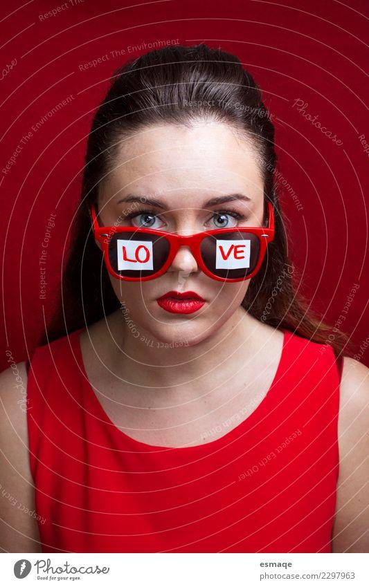 Wortliebe geschrieben auf die Sonnenbrille eines jungen Mädchens Mensch Jugendliche Weihnachten & Advent Junge Frau schön rot Lifestyle Gesundheit Liebe feminin