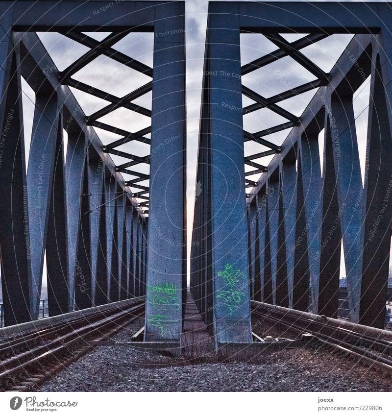 XVVX Brücke Schienenverkehr Gleise Stahl eckig blau grau Eisenbahnbrücke Farbfoto Gedeckte Farben Außenaufnahme Menschenleer Dämmerung Kontrast