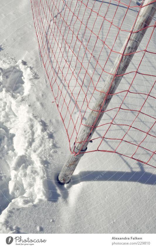 Mein Schnee, Dein Schnee. rot Winter kalt Schnee Netz Spuren Zaun Fußspur Fangnetz Schlaufe Barriere netzartig Schneedecke Winterstimmung Zaunpfahl
