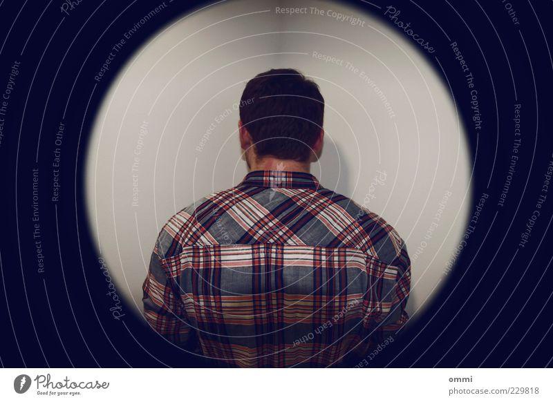 Ab in die Ecke! Mensch blau weiß rot ruhig Einsamkeit kalt Wand Rücken maskulin stehen Hemd Symmetrie kariert Verbote Scham