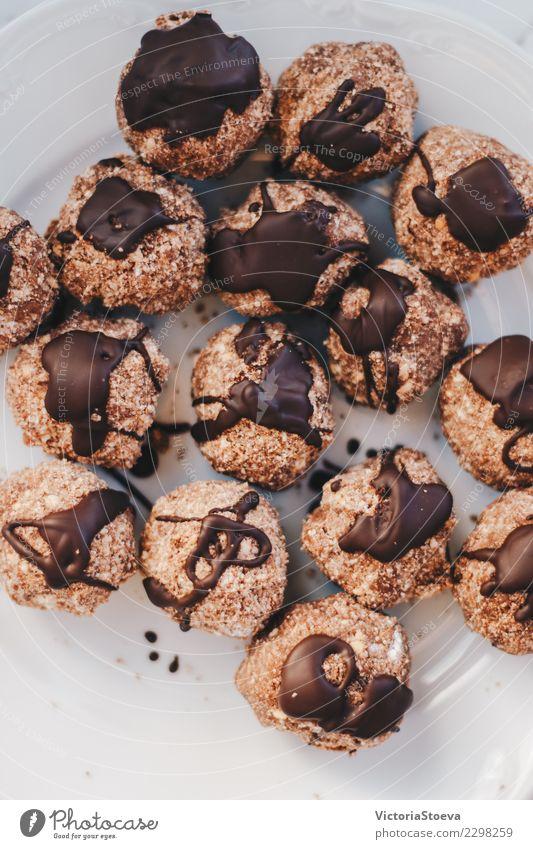 Draufsicht von Schokoladenbällen Lebensmittel Kuchen Dessert Süßwaren Essen Frühstück Mittagessen Kaffeetrinken Diät Kakao Küche Ball dunkel neu braun weiß