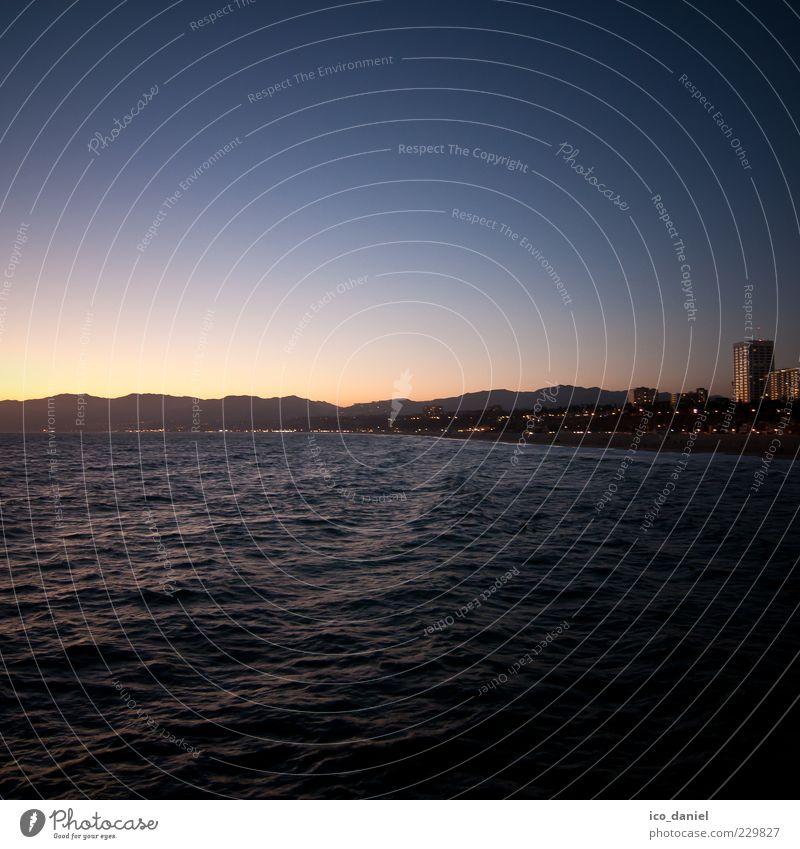 Blaue Stunde - Santa Monica Beach Freiheit Sommer Strand Meer Wasser Sonnenaufgang Sonnenuntergang Pazifik Los Angeles Kalifornien USA Stadt Skyline Ferne frei