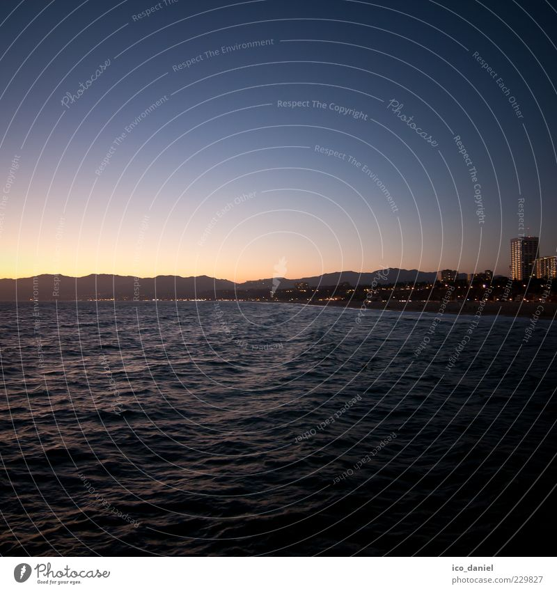 Blaue Stunde - Santa Monica Beach Wasser blau Stadt Meer Sommer Strand Ferne Freiheit Küste Horizont frei Romantik USA Idylle Skyline Abenddämmerung