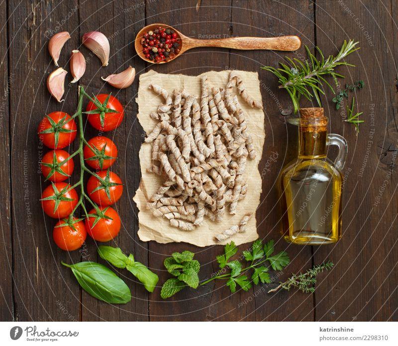 Vollkornnudeln, Gemüse, Kräuter und Olivenöl Vegetarische Ernährung Diät Flasche Tisch dunkel frisch braun grün rot Tradition Essen zubereiten Lebensmittel