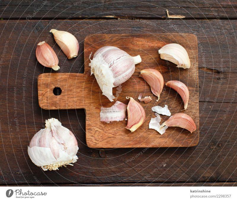 Bio-Knoblauch auf einer hölzernen Tischansicht Gemüse Kräuter & Gewürze Vegetarische Ernährung alt frisch braun weiß Verfall Knolle Gewürznelke Lebensmittel