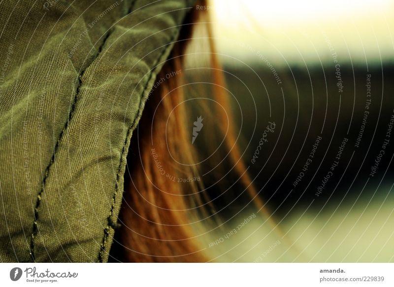Heimweh. Haare & Frisuren 1 Mensch Natur Landschaft Wiese Jacke Mütze brünett langhaarig Denken frieren träumen Traurigkeit dunkel frei kalt kuschlig Wärme grün