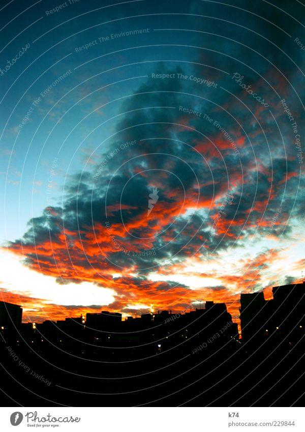 Himmel über Barcelona Luft Wolken Stadt Skyline Farbfoto Außenaufnahme Menschenleer Abend Dämmerung Sonnenaufgang Sonnenuntergang Abenddämmerung Wolkenformation