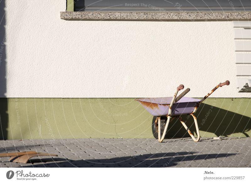 Kinderarbeit. alt weiß grün Haus Wand Spielen Gefühle Stein braun Fassade natürlich violett Vergangenheit Langeweile Nostalgie bequem