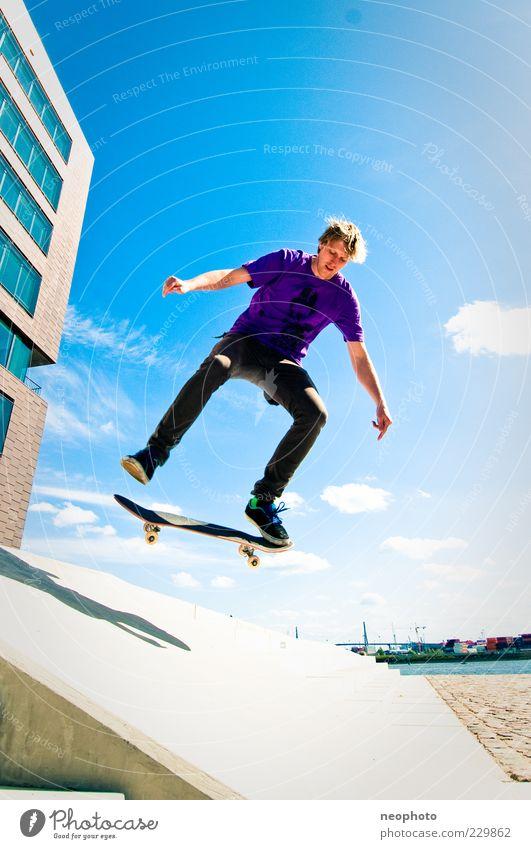 BS Flip Lifestyle Freizeit & Hobby springen Skateboarding Sonne Blauer Himmel Weitwinkel mehrfarbig Außenaufnahme Textfreiraum oben Textfreiraum unten Tag