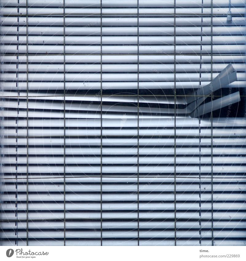 Abweichler alt blau Fenster Metall geschlossen kaputt Metallwaren Loch Vorhang parallel hängen vertikal Zerstörung Verschiedenheit horizontal Biegung