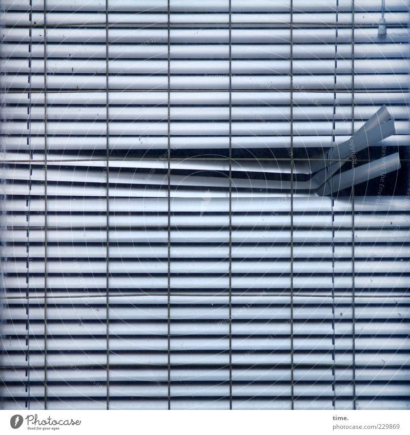 Abweichler Fenster Metall alt hängen kaputt blau Jalousie Rollo Metallwaren parallel Vorhang verdeckt geschlossen Öffnung Loch Schlitz vertikal horizontal