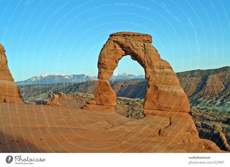 Delicate Arch Ferne USA außergewöhnlich Wahrzeichen Abenddämmerung Felsbogen Durchblick Sehenswürdigkeit Nationalpark beeindruckend monumental Attraktion Naturphänomene Utah Naturwunder