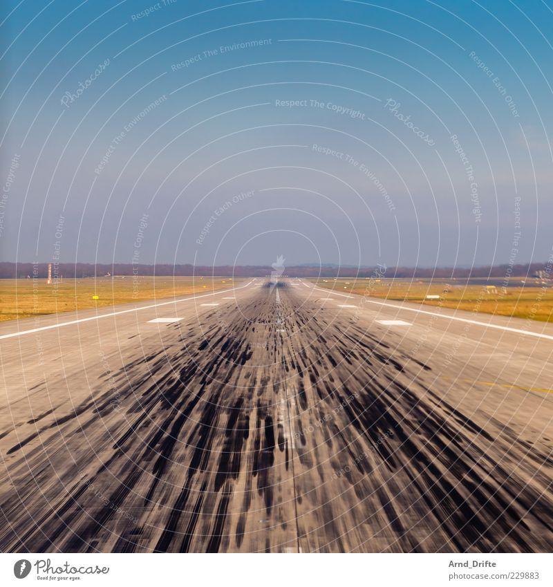 Startbahn Ferne Freiheit fliegen Luftverkehr Spuren Flughafen Fluggerät Blauer Himmel Landebahn Flugplatz Platz Rollfeld geradeaus Abrieb Bremsspur im Flugzeug